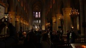 Parigi, Francia - 5 aprile 2019: Interno del Notre Dame de Paris La cattedrale di Notre Dame ? una della cima video d archivio