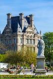 PARIGI, FRANCIA - 6 APRILE 2011: La gente ha un resto davanti a Th Fotografie Stock Libere da Diritti