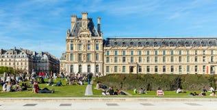 PARIGI, FRANCIA - 6 APRILE 2011: La gente ha un resto davanti a Th Immagine Stock