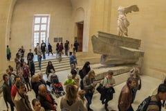 PARIGI, FRANCIA - 30 aprile 2016 - museo del Louvre ha ammucchiato del turista fotografia stock