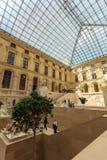 PARIGI, FRANCIA - 8 APRILE 2011: Ospiti che camminano dentro il Louvr Fotografie Stock Libere da Diritti