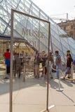 PARIGI, FRANCIA - 8 APRILE 2011: Ospiti nella fila al Louvre Fotografie Stock