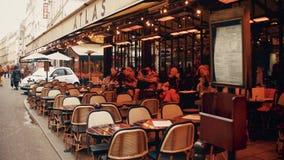 PARIGI, FRANCIA - 31 DICEMBRE, 2016 Passeggiata di Steadicam lungo l'atlante parigino del caffè con le tende video 4K stock footage