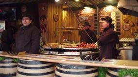 PARIGI, FRANCIA - 31 DICEMBRE, 2016 Venditori della stalla di pasto rapido del mercato del nuovo anno e di Natale Salsiccie, hot  Fotografia Stock