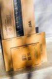 Parigi, Francia - 8 febbraio 2017: Amazon innesca il pacchetto del pacchetto nella parte anteriore la porta di una casa Amazon, è Fotografia Stock