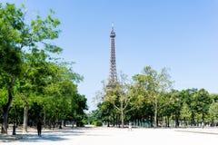 PARIGI, FRANCIA - 8 giugno: bella vista della via del aro delle costruzioni Fotografie Stock Libere da Diritti