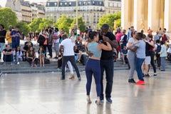 PARIGI, FRANCIA - 24 GIUGNO 2017: Giovani sconosciuti che ballano sul posto de Trocadero Fotografie Stock