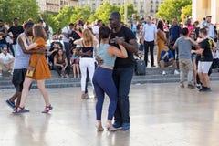 PARIGI, FRANCIA - 24 GIUGNO 2017: Giovani sconosciuti che ballano sul posto de Trocadero Fotografia Stock