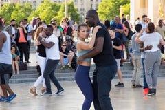PARIGI, FRANCIA - 24 GIUGNO 2017: Giovani sconosciuti che ballano sul posto de Trocadero Fotografia Stock Libera da Diritti