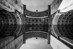 Parigi, Francia - 1° giugno 2015: Grande vista al di sotto dell'arco di Triumph che mostra modello ed i dettagli artistici Fotografia Stock
