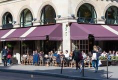 Parigi, Francia 9 giugno 2016 - il ristorante Francese-russo Pouchkine del caffè situato al posto di Madeleine a Parigi, Francia Immagini Stock