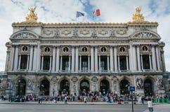 PARIGI, FRANCIA - 25 GIUGNO 2016: La gente nel fron dell'opera de nazionale Parigi Il Palais Garnier ha costruito nel 1861-1875 P fotografia stock libera da diritti