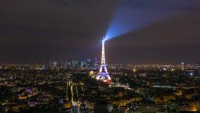 PARIGI, FRANCIA - 19 GIUGNO 2018: Luci intense del timelapse di notte della torre Eiffel Movimento veloce stock footage