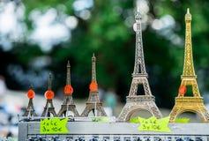 Parigi, Francia 30 giugno 2013: Mini torri Eiffel in singolo negozio di Parigi È un ricordo che tipical potete trovare in ogni si Immagine Stock Libera da Diritti