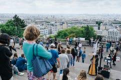PARIGI, FRANCIA - 26 GIUGNO 2016: Turisti vicino alla cattedrale di Sacre Ceour de Montmartre Vista della città dal punto di vist fotografia stock libera da diritti