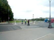 Parigi, Francia, il 18 agosto 2018: un certo turista che visita la città facendo uso dei motorini elettrici fotografia stock