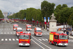 Parigi, Francia - 14 luglio 2012 La processione delle autopompe antincendio durante la parata militare a Parigi Fotografia Stock