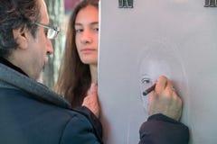 PARIGI, FRANCIA - 1° maggio 2016 - artista e turista in Montmartre immagini stock libere da diritti