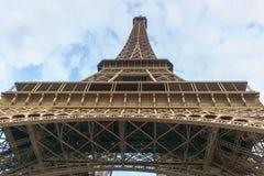 Parigi, Francia - 1° maggio 2017: La torre Eiffel con un giorno nuvoloso Fotografia Stock