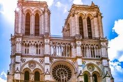 PARIGI, FRANCIA - 20 MAGGIO 2017 Notre Dame de Paris Cattedrale cattolica antica sulla banchina di un fiume la Senna E fotografia stock