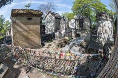 PARIGI, FRANCIA - 2 MAGGIO 2016: Tomba di Jim Morrison nel cimitero di Pere-Lachaise Immagini Stock Libere da Diritti