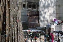 PARIGI, FRANCIA - 2 MAGGIO 2016: Tomba di Jim Morrison nel cimitero di Pere-Lachaise Fotografia Stock Libera da Diritti