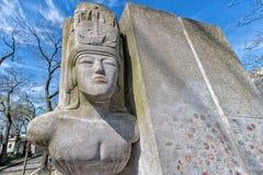 PARIGI, FRANCIA - 2 MAGGIO 2016: Tomba di Oscar Wilde nel fondatore homeopaty del cimitero di Pere-Lachaise fotografia stock