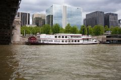 Parigi, Francia - 13 maggio 2013: Parigi - un edificio per uffici nel centro di Parigi Il ponte sopra il fiume la Senna sopra cit Immagine Stock