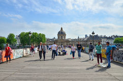Parigi, Francia - 13 maggio 2015: Visita Institut de France ed il Pont des Arts della gente a Parigi Fotografia Stock