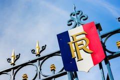 Parigi, Francia - 27 marzo 2017: Portone con la decorazione dorata e Fotografia Stock Libera da Diritti