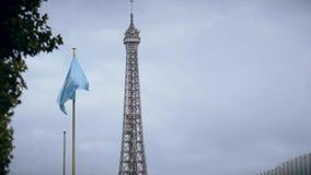 PARIGI, FRANCIA - 8 OTTOBRE 2017 Bandiera d'ondeggiamento dell'Unesco contro la cima della torre Eiffel video d archivio