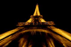 PARIGI, FRANCIA - 6 ottobre 2018 - effetto dello zoom di Eiffel di giro isolata alla notte fotografia stock