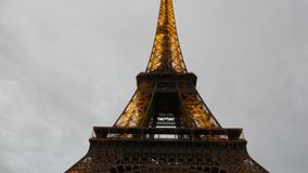 PARIGI, FRANCIA - 7 OTTOBRE 2017 Torre Eiffel nella sera, colpo di Lit di inclinazione archivi video