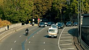PARIGI, FRANCIA - 7 OTTOBRE 2017 Traffico stradale di strada a senso unico nella città stock footage
