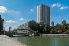 Parigi, il bacino del Villette, contrasto architettonico Fotografie Stock Libere da Diritti