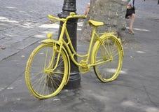 Parigi, il 17 luglio: Bicicletta della mobilia di via da Montmartre a Parigi Fotografie Stock
