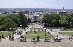 Parigi, il 17 luglio: Il panorama di Parigi e la basilica Sacre Coeur parcheggiano da Montmartre a Parigi Immagine Stock Libera da Diritti