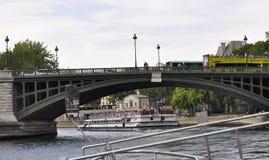 Parigi, il 18 luglio: Pont de Sully sopra la Senna da Parigi in Francia Immagini Stock Libere da Diritti
