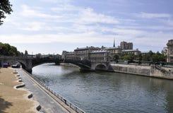 Parigi, il 18 luglio: Pont de Sully sopra la Senna da Parigi in Francia Fotografie Stock Libere da Diritti
