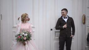 parigi La Francia belle spose di nozze del dicembre 2016 dall'Ucraina Una bella coppia di nozze cammina intorno a Parigi lento video d archivio