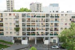 Parigi la Francia 2 giugno 2018: I vecchi edifici residenziali ed il cielo blu C'è molto vecchio buildingsin Parigi Fotografie Stock Libere da Diritti