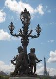 Parigi - lampadario del ponticello dell'Alexandre III immagini stock