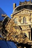 Parigi le riflessioni del Louvre di Cour Napoléon Aile Turgot sulla piramide immagine stock