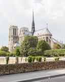 PARIGI - 27 LUGLIO: Gli armadi a Pont des Arts simbolizzano l'amore per la vigilia Fotografia Stock