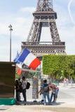 PARIGI - 27 LUGLIO: Supporto della cartolina alla torre Eiffel il 27 luglio, Immagini Stock