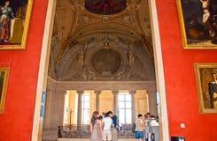 18 Parijs-AUGUSTUS: Bezoekers bij het Louvremuseum op 18 Augustus, 2009 in Parijs, Frankrijk. Stock Afbeelding