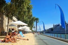 Parijs, 30 Augustus 2016 De Paris Plage -toeristische attractie (Parijs op het strand) met voetwegen dichtbij de Zegenrivier royalty-vrije stock foto