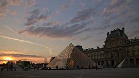 PARIJS - AUGUSTUS 21, 2018: De time lapse van Toeristen loopt voor het Louvre, 21 augustus, 2018 in Parijs, Frankrijk E stock videobeelden