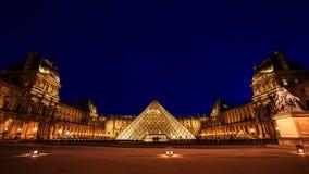 PARIJS - 8 AUGUSTUS: Louvremuseum bij schemering in de zomer op 15 Augustus Stock Foto
