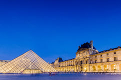 PARIJS - AUGUSTUS 18: Louvremuseum bij zonsondergang  Royalty-vrije Stock Fotografie